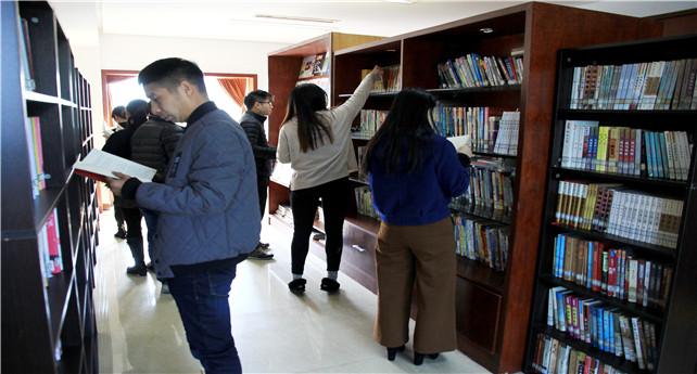 图为职工正在图书馆翻阅图书(宋有常摄).jpg