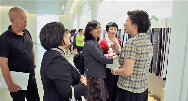 图为钱珏美陪同高训班学员在展厅参观.jpg