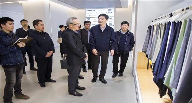 图为陈新华在产品展示中心参观.jpg